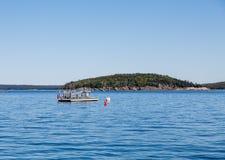 Rampe d'embarquement de bateau amarrée dans le port Photographie stock