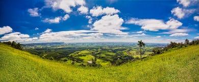 Rampe de parapentiste avec Vale entre les collines en Aguas de São Pedro - São Paulo - Brésil image libre de droits