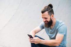 Rampe de smartphone d'homme de la jeunesse de temps de relaxation de hippie photo stock