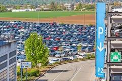 Rampe de stationnement à l'aéroport/bloc de stationnement avec le signe Photographie stock