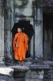 Rampe de wat du Cambodge Angkor avec un moine Photo stock