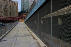 Rampe, die von Chicago-riverwalk bis zu oberem Wacker-Antrieb führt, wenn der Zaun Zugang blockiert, um Wacker-Antrieb zu senken Stockbilder