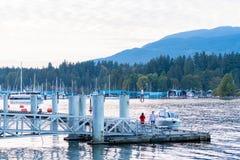 Rampe en aluminium menant à un dock flottant images libres de droits