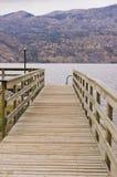Rampe en bois menant au dock de bateau Photographie stock
