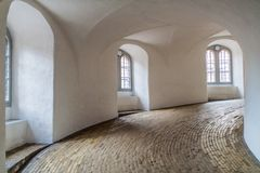 Rampe en spirale de la tour ronde à Copenhague, Denma images stock