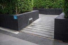 Ramped dostęp, używać wózek inwalidzki rampę z informacja znakiem na fl zdjęcie royalty free