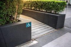 Ramped dostęp, używać wózek inwalidzki rampę z informacja znakiem na fl obraz royalty free
