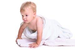 Rampement caucasien de bébé images stock