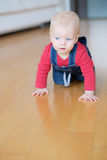 rampement de bébé garçon photographie stock