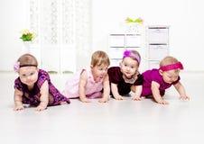 Rampement de filles d'enfant en bas âge Photo stock