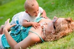 Rampement sur le coffre de mères Photos libres de droits