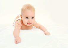 Rampements menteur de bébé mignon heureux de portrait sur le lit images stock