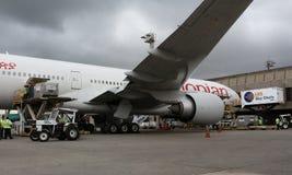 Rampenaktion auf Boeing 777 stockbild