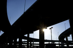 Rampes d'omnibus en silhouette avec l'éclat du soleil Photos libres de droits