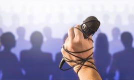 Rampfeber offentligt tala eller dålig karaoke som direkt sjunger royaltyfri bild