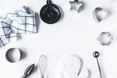Ramsammansättningsdisk och köktillbehör för att baka på köksbordet på en vit bakgrund royaltyfri fotografi