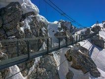 Ramsau Dachstein, Steiermark/Austria - 11 de abril de 2016: Visiónes desde el tiro del glaciar de Dachstein de puente colgante imagenes de archivo