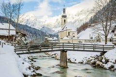 Ramsau kyrka på vintern Arkivbilder
