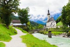Ramsau by och kyrka i fjällängar av Bayern Royaltyfria Bilder