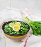 Ramson en gekookte eieren Reeks voor de lentesalade Stock Foto's