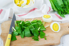 Ramson et oeufs à la coque Placez pour la salade de ressort Image libre de droits