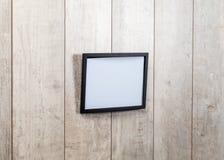Ramtappning på den wood väggen Arkivfoton