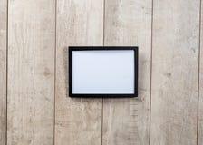 Ramtappning på den wood väggen Arkivfoto