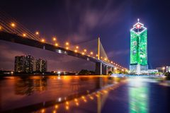 Ramy IX most na Chao Phraya rzece przy nocą obraz stock
