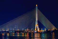 Ramy VIII most przy nocą, Bangkok, Tajlandia Zdjęcie Royalty Free