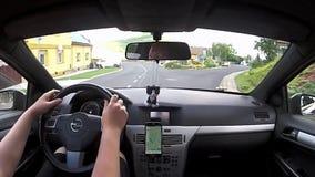 Rana, Τσεχία - 3 Ιουλίου 2017: οδηγώντας αυτοκίνητο Opel Astra Χ στο χωριό Rana μεταξύ των παλαιών σπιτιών κατά τη διάρκεια των κ απόθεμα βίντεο