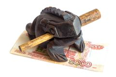 Rana di legno dei soldi e una banconota, un ricordo Isolato fotografia stock