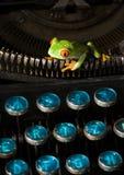 Rana en la máquina de escribir foto de archivo libre de regalías