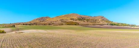Rana Mountain cerca de Louny en montañas bohemias centrales en el día de verano soleado, República Checa Visión panorámica foto de archivo