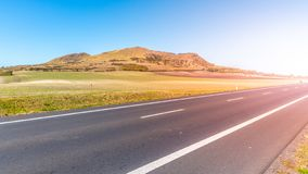 Rana Mountain e estrada asfaltada perto de Louny em montanhas boêmias centrais no dia de verão ensolarado, República Checa fotos de stock