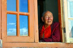 Rana pescatrice anziana alla finestra in Ladakh (India) Fotografie Stock Libere da Diritti