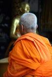 Rana pescatrice buddista in abito arancione fotografia stock libera da diritti