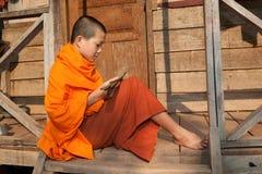 Rana pescatrice buddista nel Laos immagine stock