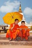 Rana pescatrice buddista nel Laos fotografia stock