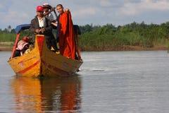 Rana pescatrice osservando i delfini del Mekong fotografie stock libere da diritti