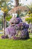Rana vibrante enorme que lleva a cabo la escultura del macizo de flores del paraguas en el parque público de Ashdod Israel imágenes de archivo libres de regalías