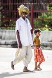Ranakpur,印度, 2010年9月11日:有女孩的老印地安人 图库摄影