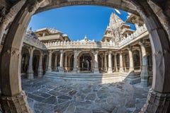 Ranakpur India, Luty, - 2, 2017: Wnętrze majestatyczna jainist świątynia przy Ranakpur, Rajasthan, India Architektoniczni szczegó Zdjęcia Stock