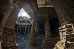 Ranakpur India, Luty, - 2, 2017: Wnętrze majestatyczna jainist świątynia przy Ranakpur, Rajasthan, India Architektoniczni szczegó Zdjęcie Royalty Free