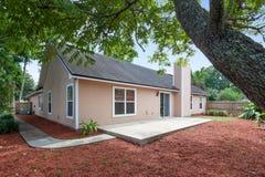 Ranch-Art-Ausgangs-Äußer-moderne Architektur-Real Estate-Ansicht-im amerikanischen Stil Traumhaus stockbilder
