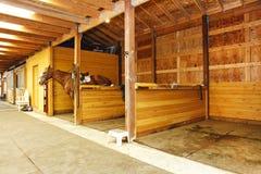 Ranch del cavallo in Washington State con il grande granaio con le stalle Immagini Stock Libere da Diritti