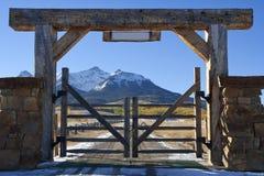 Ranch del Colorado con il cancello di legno Immagini Stock Libere da Diritti
