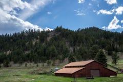 Ranch dell'azienda agricola di Colorado in montagne Immagini Stock Libere da Diritti