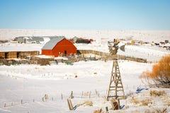 Ranch mit roter Scheune im Winter lizenzfreie stockfotografie