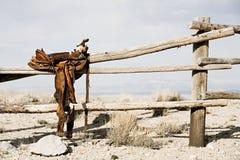 Ranch - Sattel auf Zaun stockbild