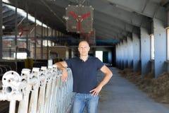 Ranchero de sexo masculino en una granja imagen de archivo libre de regalías